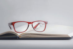 Vidrios y libro Imagen de archivo
