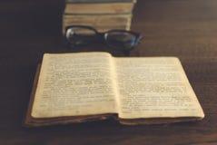 Vidrios y libro Imagen de archivo libre de regalías