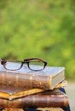 Vidrios y libros viejos Imagen de archivo