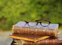 Vidrios y libros viejos Foto de archivo libre de regalías