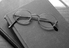 Vidrios y libros viejos de lectura Fotos de archivo