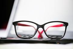 Vidrios y ordenador portátil hermosos del ojo Imágenes de archivo libres de regalías