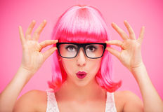 Vidrios y peluca que desgastan de la mujer Foto de archivo libre de regalías