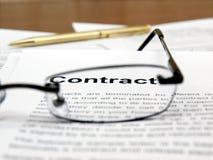 Vidrios y pluma en los papeles del contrato Fotografía de archivo libre de regalías