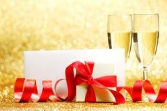 Vidrios y regalo de Champán Foto de archivo libre de regalías