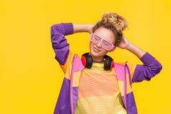 Vidrios y ropa informal del obturador de la muchacha que llevan Imagen de archivo libre de regalías