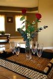 Vidrios y rosas de vino en la bandeja fotos de archivo libres de regalías