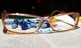 Vidrios y una curación para los ojos Imagen de archivo libre de regalías