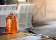 Vidro alaranjado da água no ajuste luxuoso da tabela Imagens de Stock