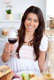 Vidro asiático Charming da terra arrendada da mulher do vinho vermelho Imagem de Stock Royalty Free