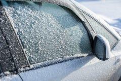 Vidro automotivo congelado coberto com o gelo imagem de stock