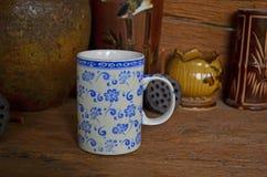 Vidro azul do chá do tracery da flor com frascos velhos Imagem de Stock