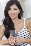 Vidro bebendo da mulher asiática chinesa da água Fotografia de Stock Royalty Free