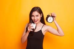 Vidro bebendo da mulher asiática saudável do pulso de disparo da posse do leite Fotografia de Stock