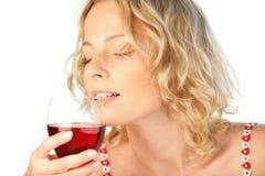 Vidro bebendo da mulher loura nova do vinho vermelho Imagens de Stock Royalty Free