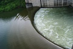Vidro com água de queda Foto de Stock Royalty Free