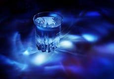 Vidro com água, luz fria fotografia de stock royalty free