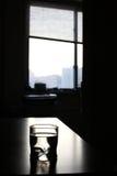 Vidro com água na tabela Foto de Stock