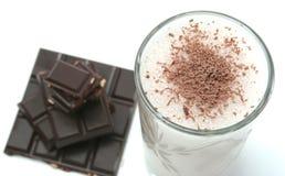 Vidro com bebida do chocolate da leiteria em um backgr branco foto de stock royalty free