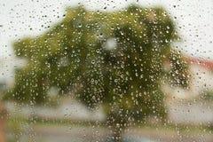 Vidro com gotas da água de chuva fotografia de stock