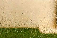 Vidro com gotas da água de chuva imagem de stock