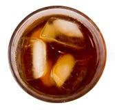 Vidro com líquido escuro completamente com cubos de gelo Fotografia de Stock
