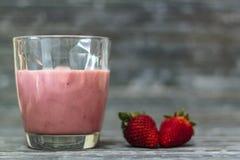 Vidro com milk shake da morango com espa?o da c?pia foto de stock