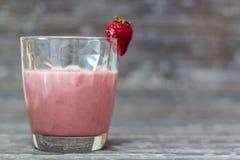Vidro com milk shake natural da morango no fundo r?stico imagem de stock royalty free