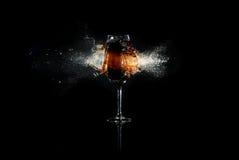 Vidro com o líquido marrom explodido Imagem de Stock