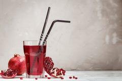 Vidro com suco da romã e fruto fresco Imagens de Stock Royalty Free