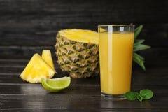 Vidro com suco de abacaxi delicioso imagens de stock royalty free