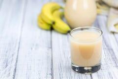 Vidro com suco feito fresco da banana imagens de stock royalty free