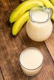 Vidro com suco feito fresco da banana imagens de stock