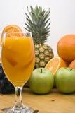 Vidro com sumo de laranja e frutas frescos Imagens de Stock Royalty Free