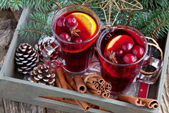 Vidro com vinho e as especiarias ferventados com especiarias Fotografia de Stock Royalty Free