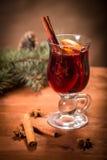 Vidro com vinho mulled Fotografia de Stock Royalty Free