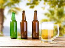 Vidro completo da cerveja na tabela no fundo borrado imagem de stock royalty free