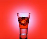 Vidro curto da bebida com os cubos vermelhos do líquido e de gelo Imagens de Stock Royalty Free