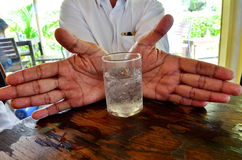 Vidro da água à disposicão Imagens de Stock