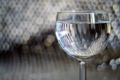 Vidro da água com bokeh forte Fotografia de Stock Royalty Free