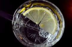 Vidro da água com limão foto de stock royalty free