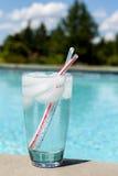 Vidro da água com os cubos de gelo no lado da associação Imagem de Stock Royalty Free