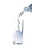 Vidro da água de derramamento Fotos de Stock Royalty Free