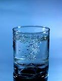 Vidro da água de derramamento Imagem de Stock Royalty Free
