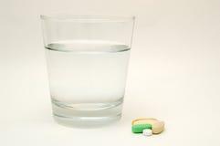 Vidro da água e das vitaminas Fotografia de Stock