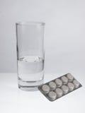 Vidro da água e dos comprimidos Foto de Stock Royalty Free