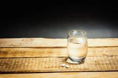 Vidro da água e dos comprimidos para uma manutenção Imagem de Stock Royalty Free