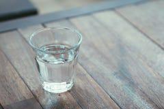 Vidro da água em uma tabela de madeira Fotos de Stock