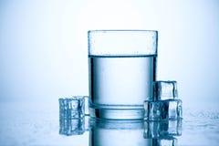 Vidro da água fresca com cubos de gelo Imagem de Stock Royalty Free