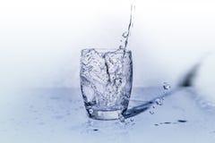 Vidro da água fresca quando for derramado da garrafa fotos de stock royalty free